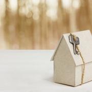 Clé de maison, impôts, investissement